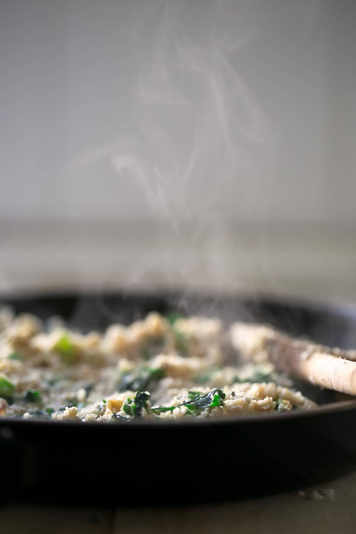Risotto de Arroz de Coliflor.- Este risotto de arroz de coliflor tiene una textura y un sabor increíbles. Es una versión más ligera del risotto tradicional.