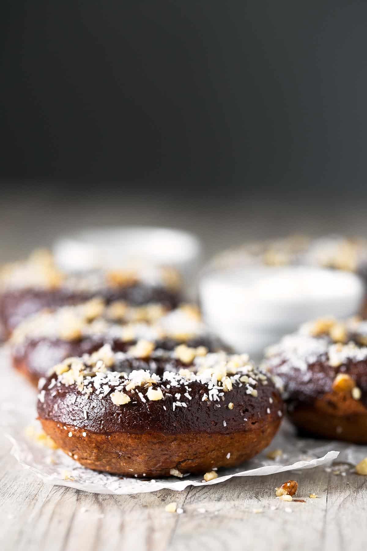Donuts Veganos Saludables.- Estos donuts veganos saludables son bajos en grasa y perfectos para el día a día. La receta es increíblemente sencilla y el resultado espectacular.