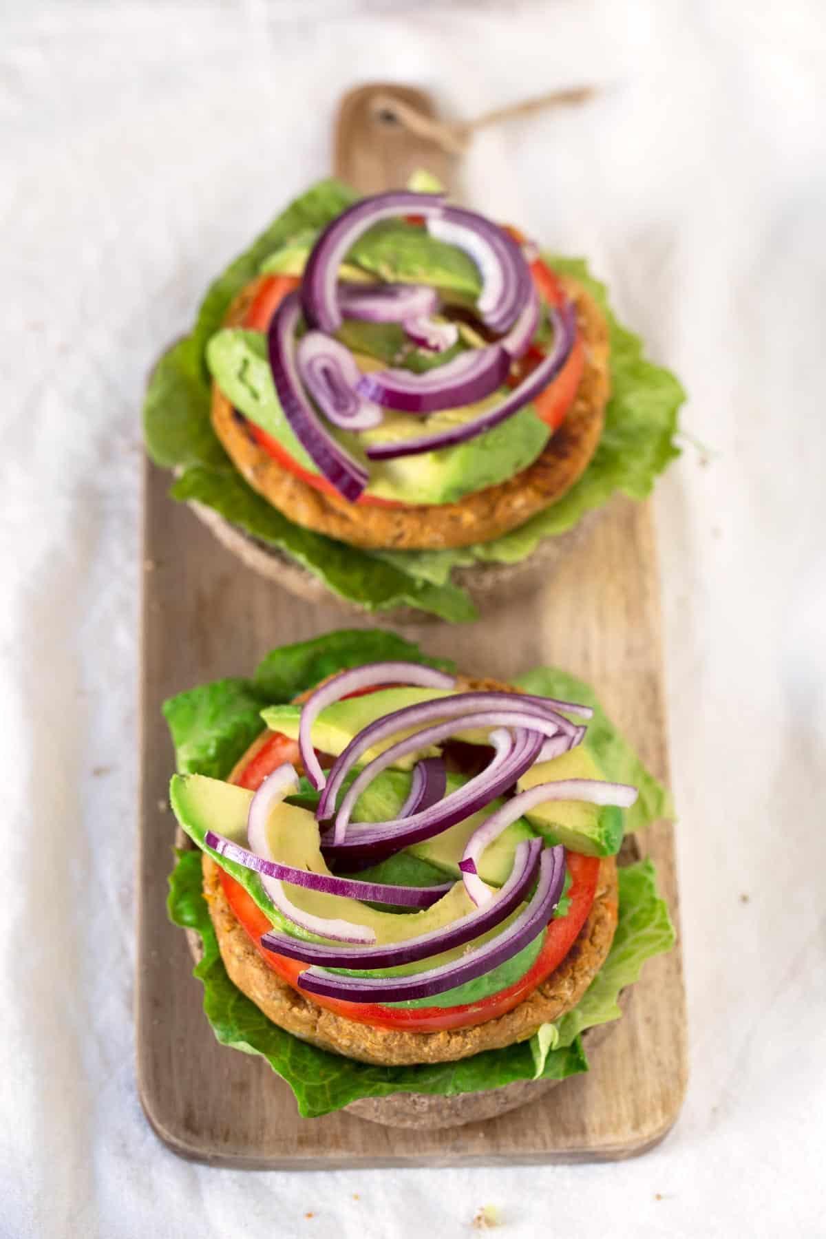 Hamburguesas Veganas de Batata y Alubias.- Hacer hamburguesas veganas es muy fácil y están increíblemente ricas, no tienen nada que envidiarle a las de carne y además son mucho más saludables.
