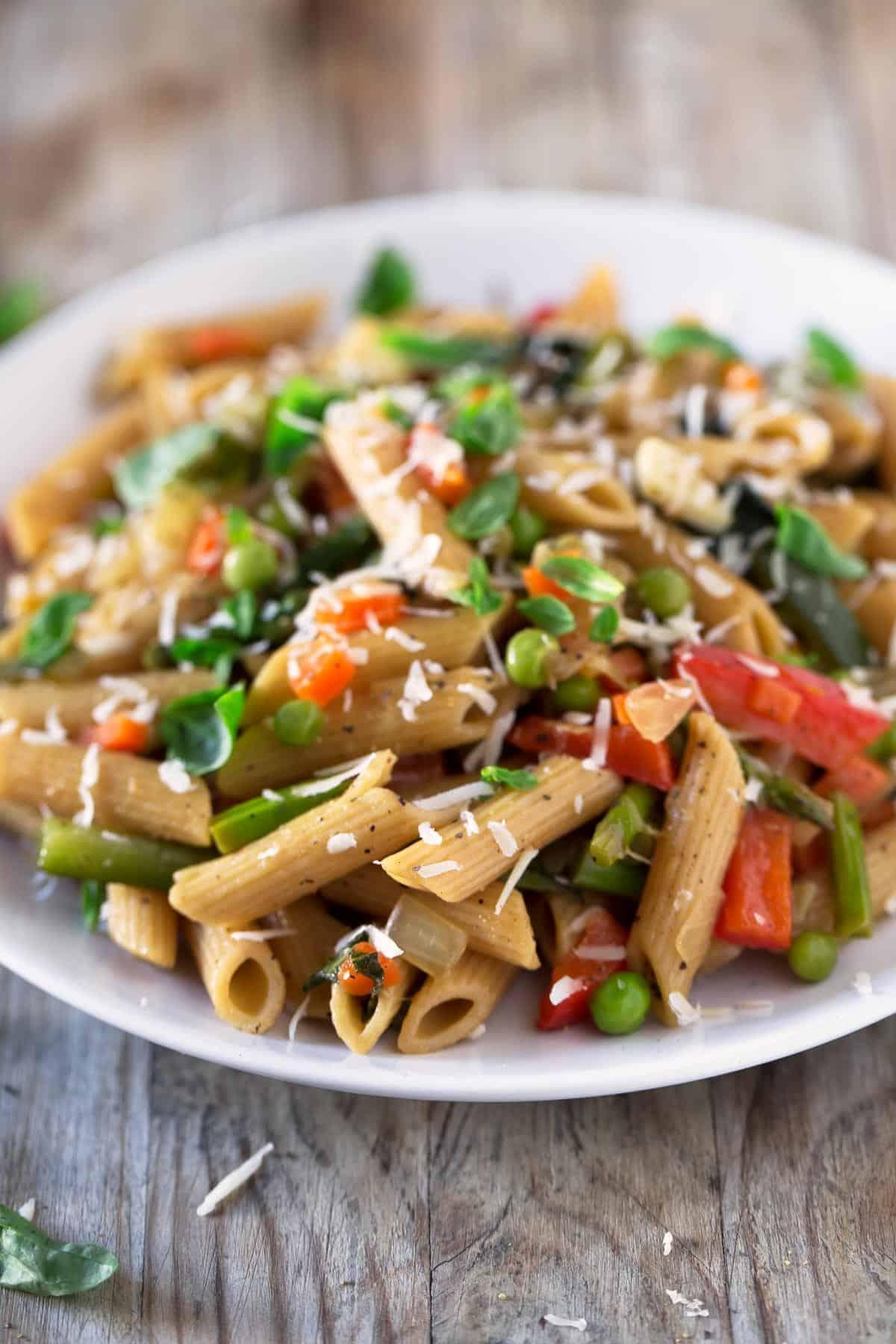 Pasta Primavera.- Esta receta de pasta es perfecta para aprovechar las verduras que están de temporada en primavera, aunque se puede adaptar a cualquier otra época del año.