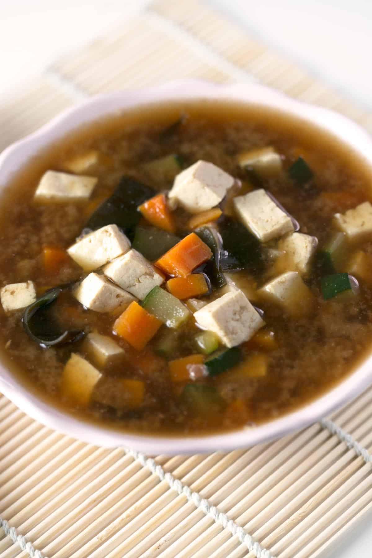 Sopa de Miso Y Tofu.- La sopa Miso es mi sopa preferida. Es la cuarta receta que compartimos y la verdad es que no sabría deciros cuál me gusta más.