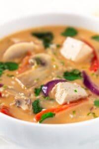 Sopa Thai de Coco Vegana.- Para hacer esta sopa thai de coco vegana sólo hace falta una olla, así que es una receta muy limpia. Está muy rica y es bastante versátil.