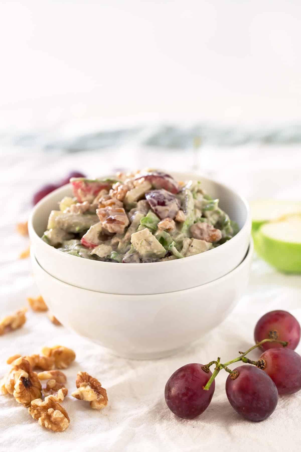 Ensalada Waldorf Vegana.- Esta ensalada Waldorf vegana es una receta muy sencilla, pero está para chuparse los dedos. El aliño es muy cremoso y más ligero que el original.