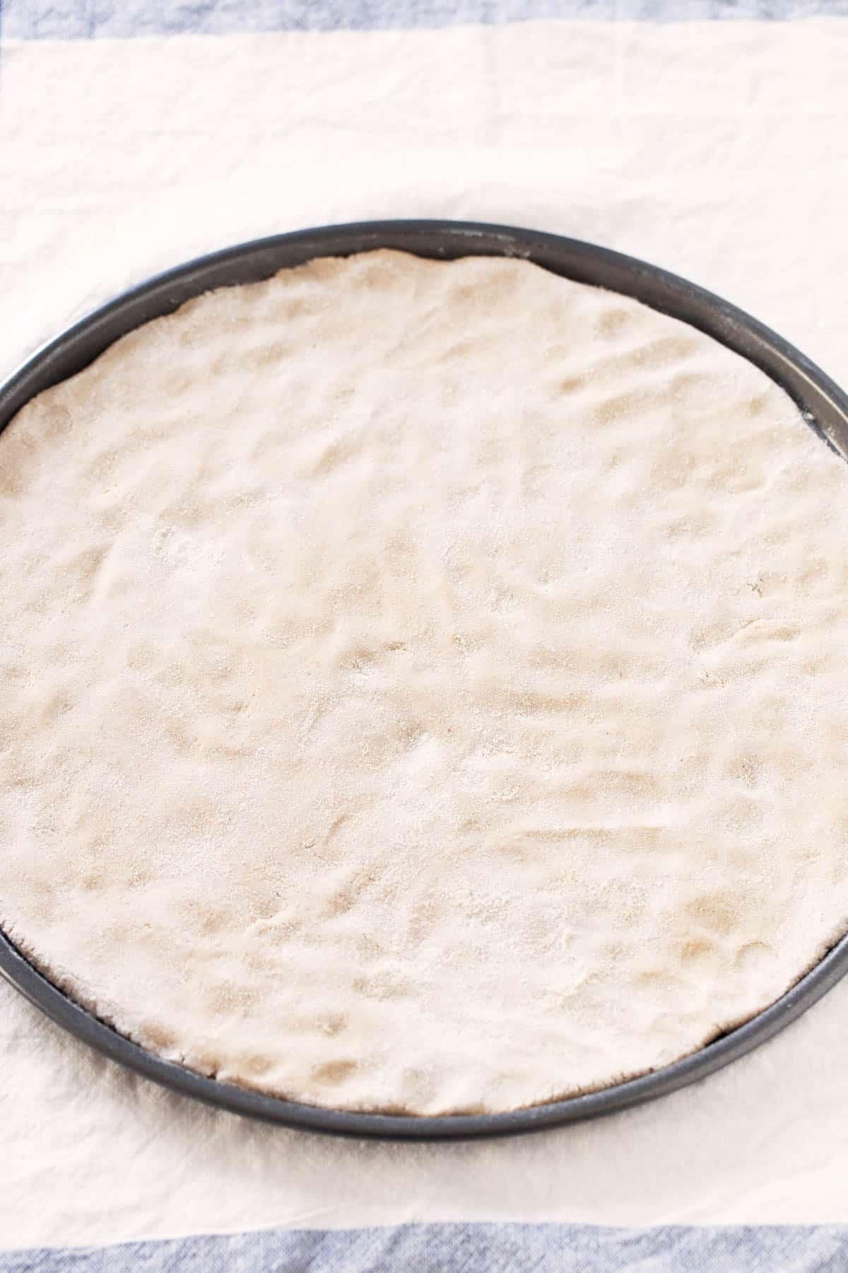Masa de Pizza Sin Gluten.- Para hacer esta base de pizza sin gluten sólo se necesitan 3 ingredientes. Es baja en grasa, no lleva levadura y se prepara en un momento.