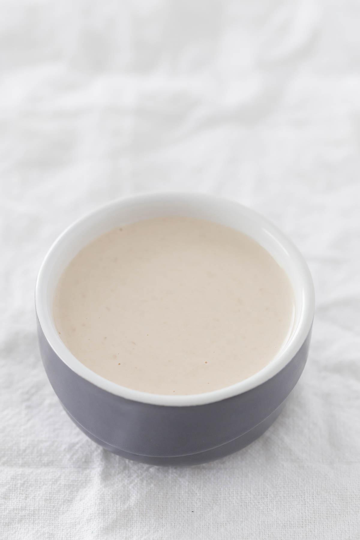 Mi Aliño Favorito (5 Ingredientes).- Para hacer este aliño de tahini sólo se necesitan 5 ingredientes, un bol y una cuchara y está listo en menos de 5 minutos. ¡Es mi aliño preferido!