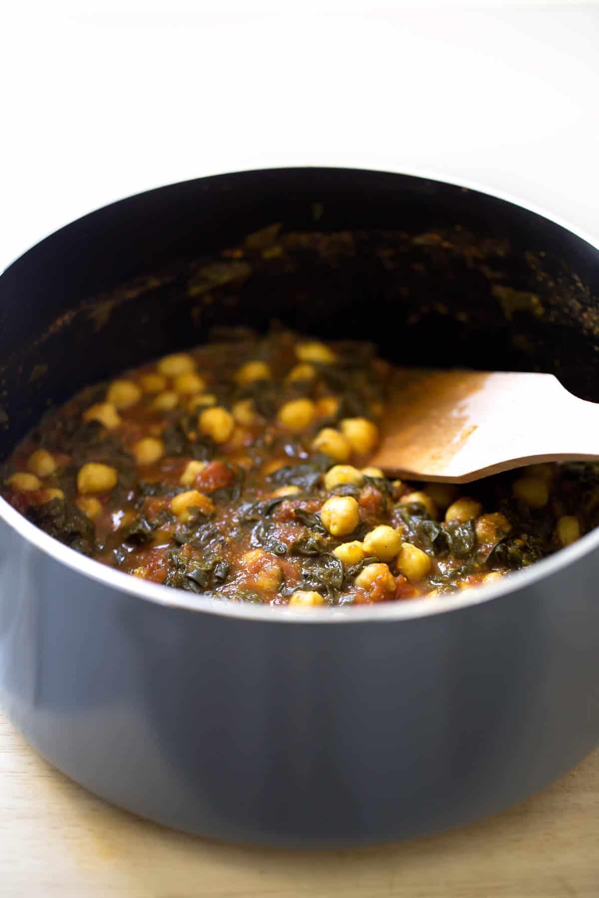Chole Palak (Espinacas con Garbanzos).- El chole palak es una versión india de las espinacas con garbanzos, aunque es un plato picante y más especiado. ¡Merece la pena probarlo!