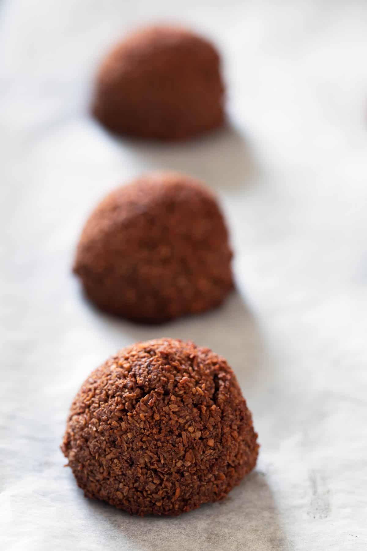 Macarons de Coco y Chocolate Veganos.- Sólo se necesitan 5 ingredientes para hacer estos macarons de coco y chocolate veganos y se preparan en menos de 30 minutos. ¡Son mi nueva obsesión!
