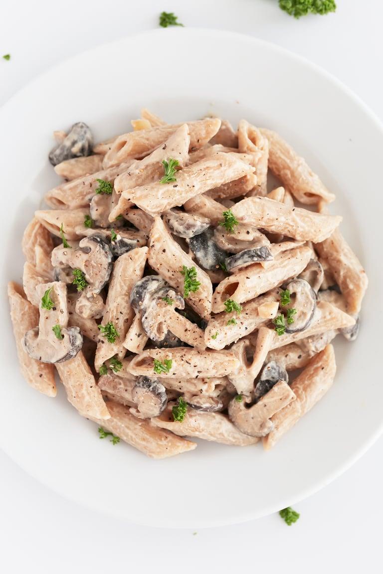Pasta Con Champiñones. - Esta receta de pasta con champiñones es muy sencilla, cremosa y vegana. Está hecha con 9 ingredientes y en tan sólo 20 minutos. #vegano #singluten