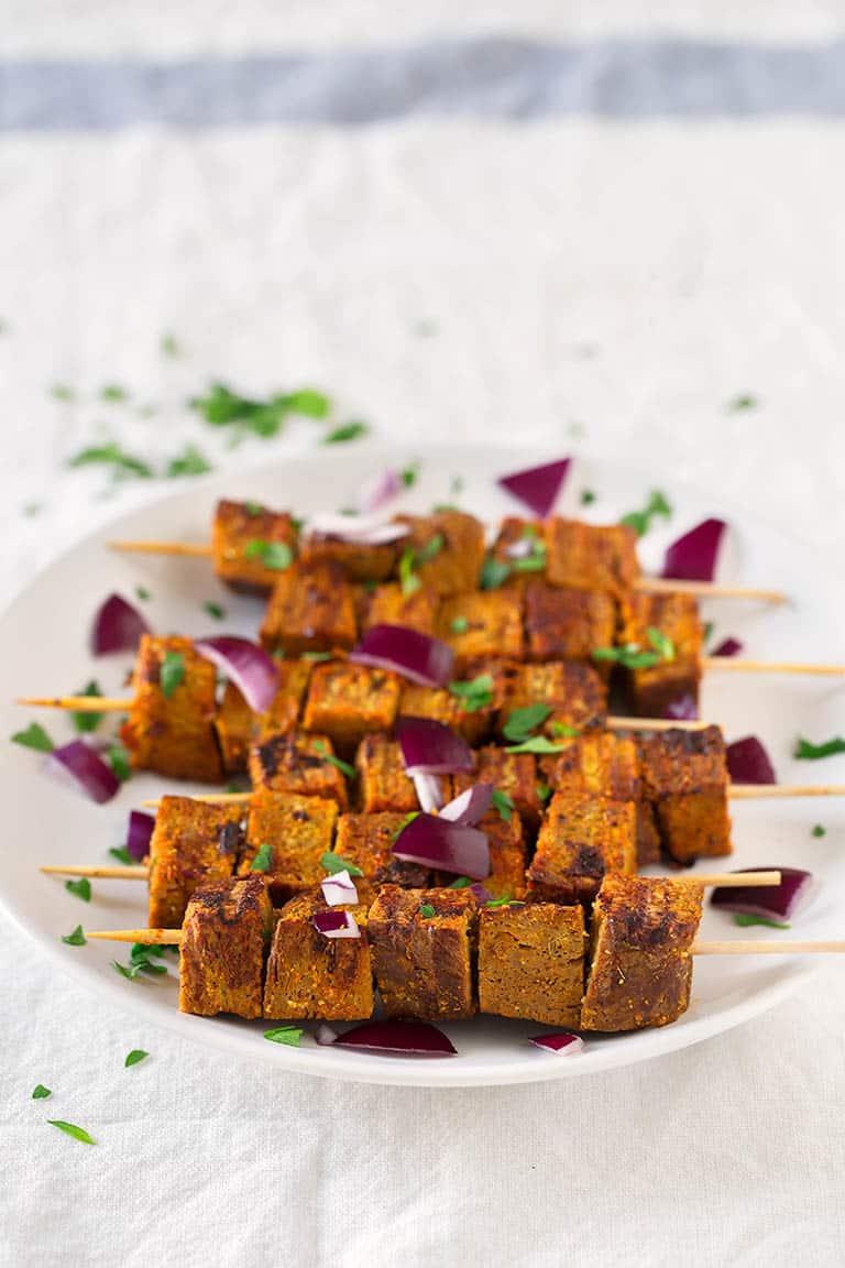 Pinchos Morunos Veganos.- Estos pinchos morunos o pinchitos veganos son increíblemente fáciles de preparar. Son bajos en grasa, altos en proteína y tienen un sabor espectacular.