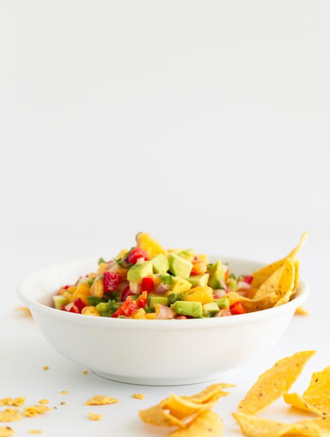Salsa Mexicana de Mango y Aguacate. - Esta salsa mexicana de mango y aguacate es perfecta como aperitivo con nachos, crudités o pan, pero también para alegrar o acompañar cualquier plato. #vegano #singluten #danzadefogones