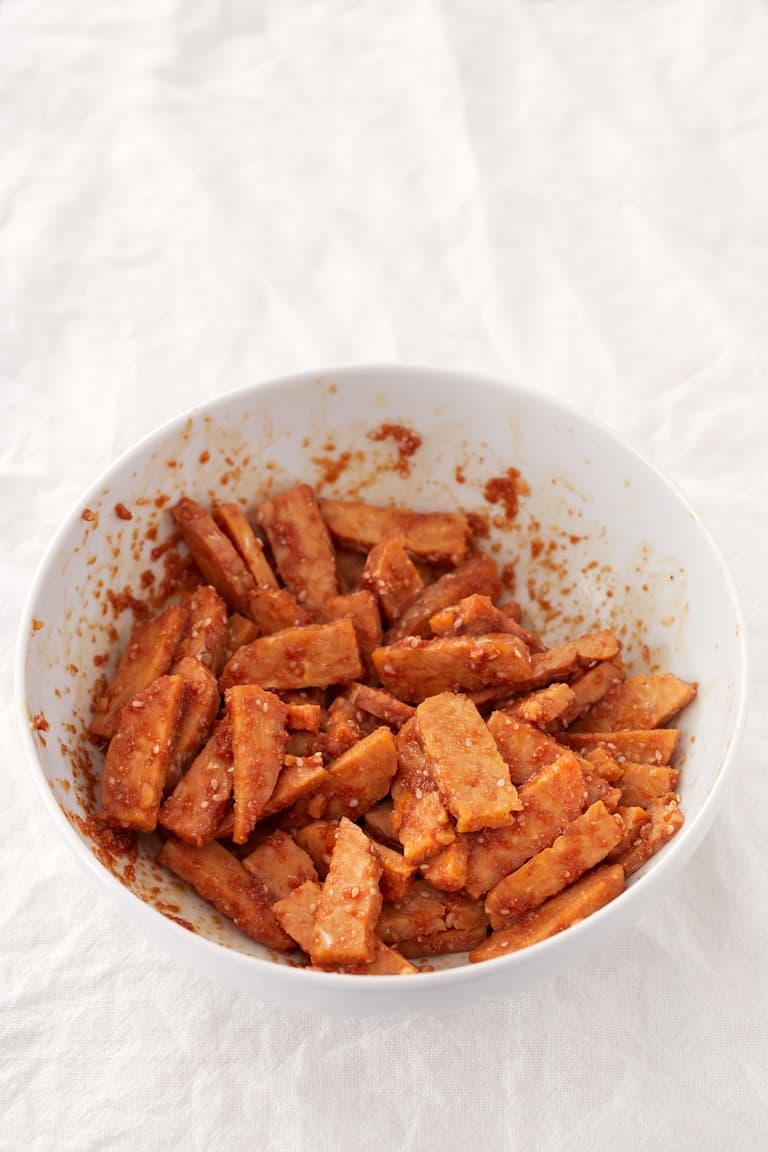 Rollos de Tempeh Marinado.- Estos rollos de tempeh marinado son fáciles de transportar y una comida o cena bastante ligera. Se pueden comer fríos o calientes.