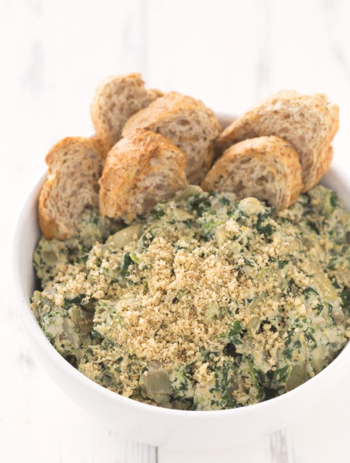 Dip de Espinacas y Alcachofas Vegano.- Este dip de espinacas y alcachofas vegano está listo en unos 30 minutos, es bajo en grasa y muy fácil de preparar. ¡Es el entrante o snack perfecto!