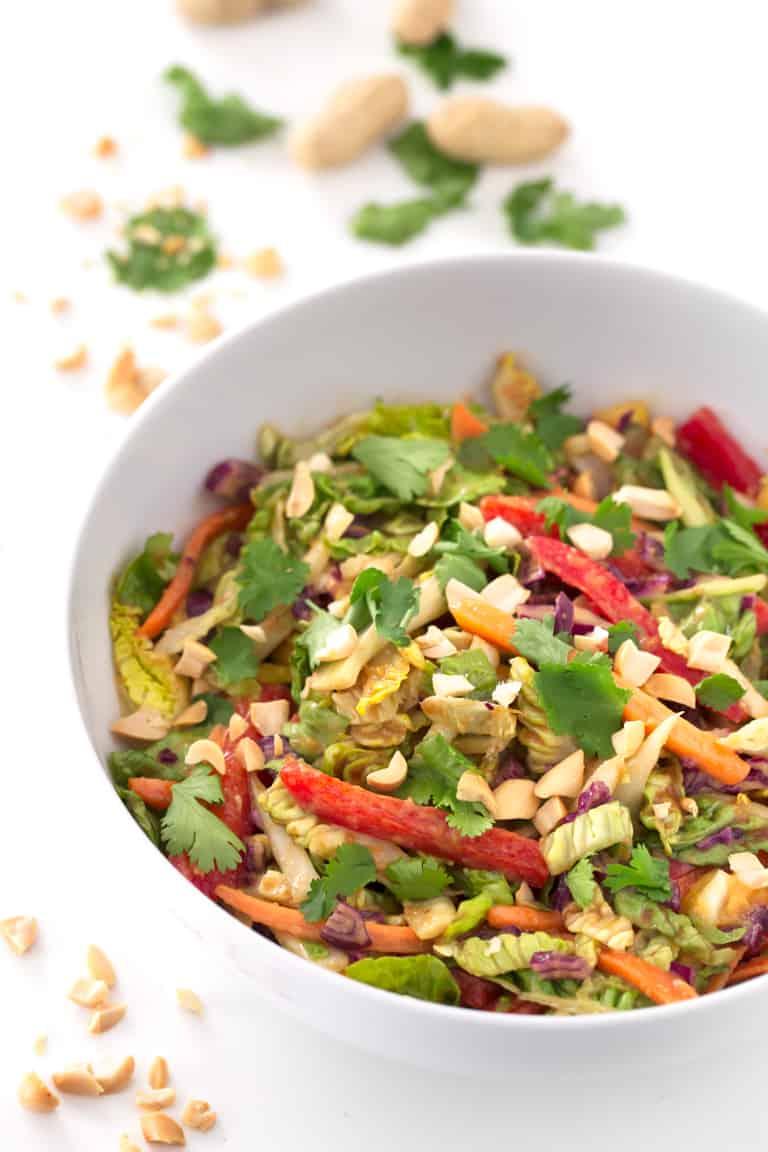 Ensalada Thai Vegana.- Esta ensalada thai vegana tiene un delicioso aliño agridulce con mantequilla de cacahuete y es muy refrescante y colorida. ¡Está lista en 15 minutos!