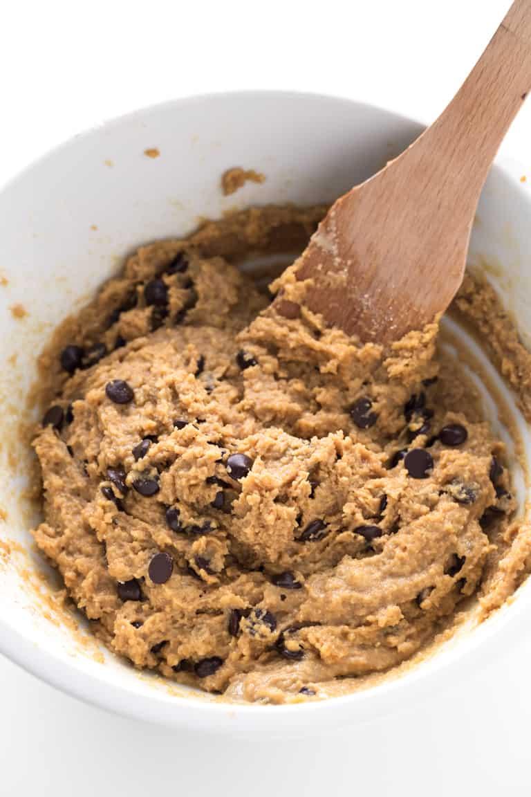 Galletas Veganas de Mantequilla de Cacahuete y Chips de Chocolate - Estas galletas veganas de mantequilla de cacahuete y chips de chocolate son crujientes por fuera, jugosas por dentro y sólo se necesitan 8 ingredientes.