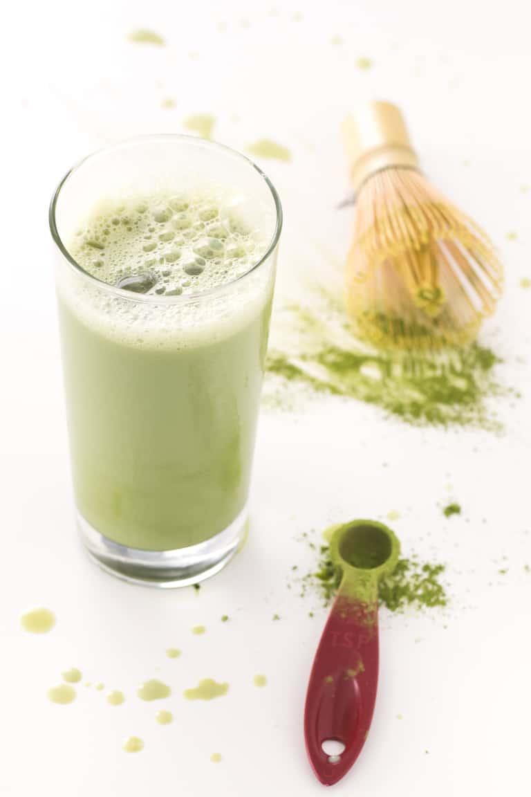Matcha Latte Helado Vegano.- Este matcha latte helado vegano es una bebida muy refrescante, perfecta para sustituir el café y se prepara en menos de 10 minutos.