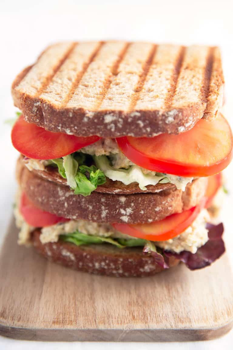 Sandwich de Atún Vegano - Este sandwich de atún vegano está listo en menos de 10 minutos. Es perfecto para comer fuera de casa o si queréis una comida ligera y saludable.