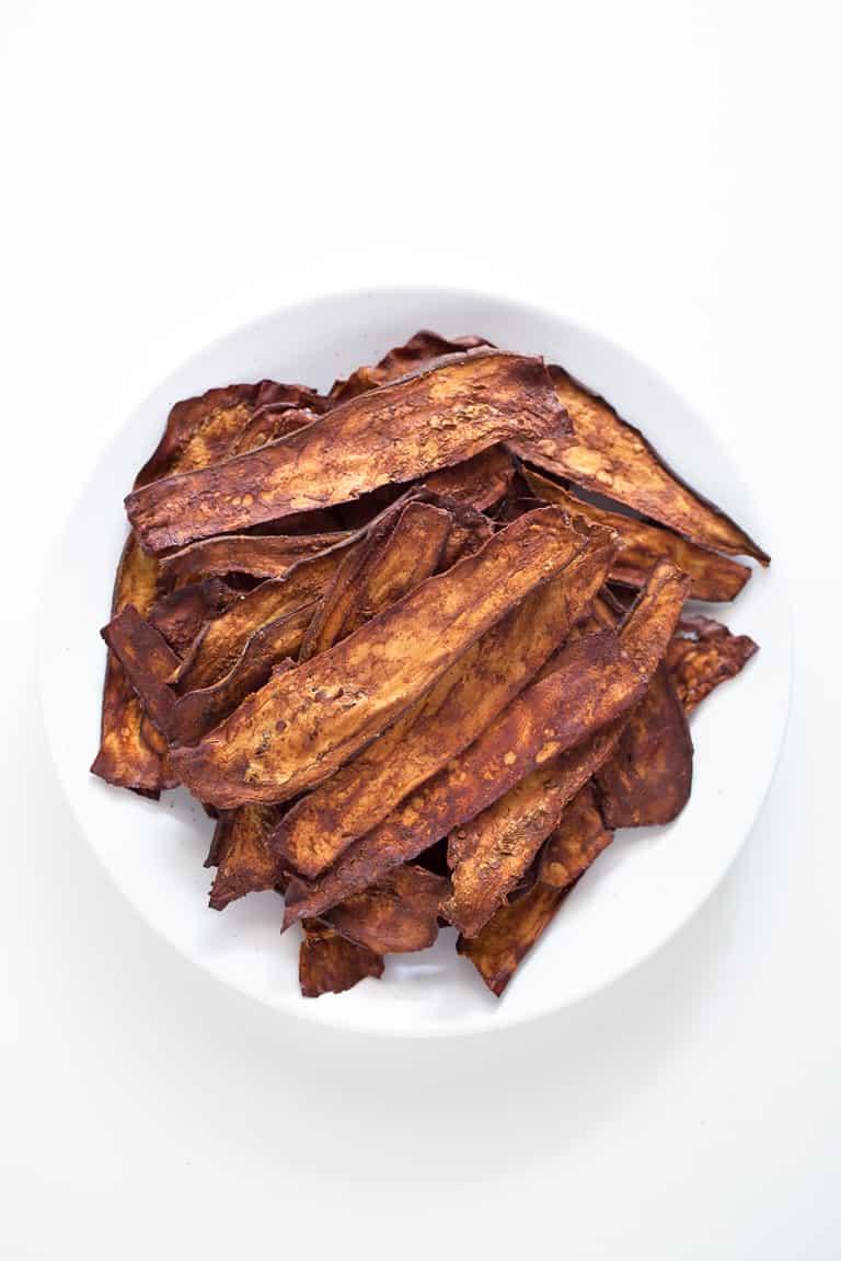 Bacon de Berenjena. - El bacon de berenjena es una alternativa sana, ligera y baja en grasa al bacon tradicional. Se puede cocinar al horno o en una sartén y queda muy crujiente.
