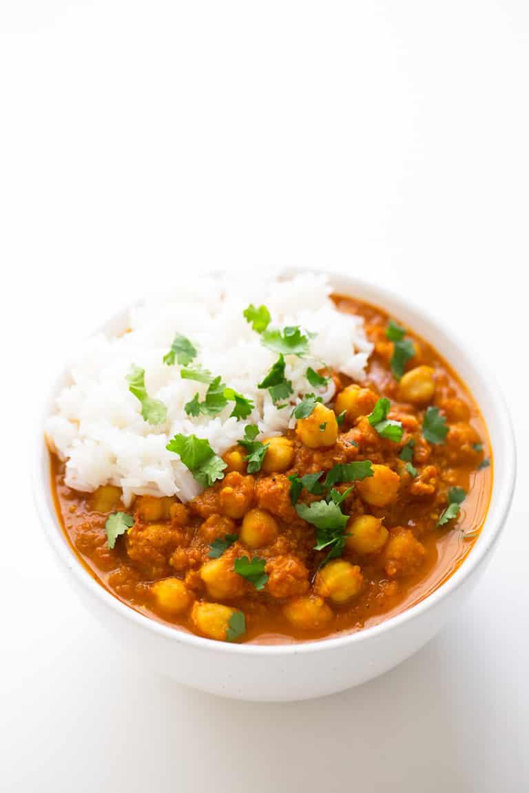 Chana Masala Sin Aceite. - El chana masala es un plato indio hecho a base de garbanzos (chana) y garam masala. Esta receta no lleva aceite y está lista en 30 minutos.