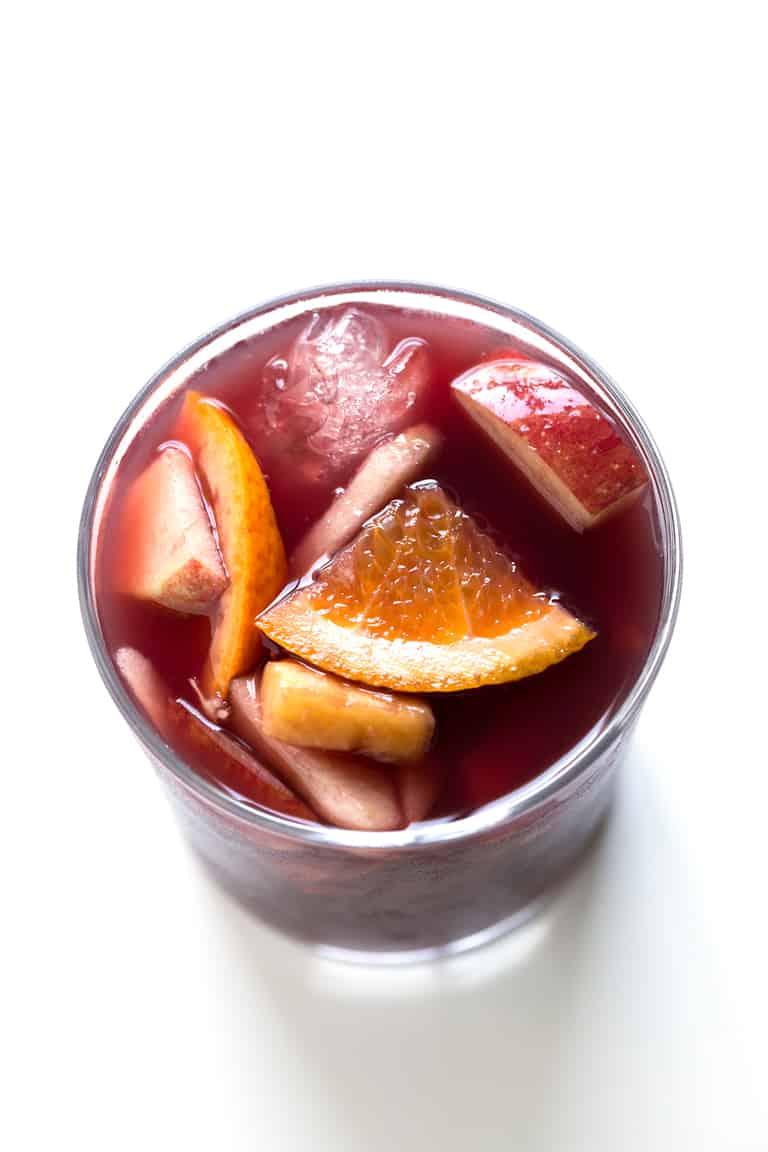 Cómo Hacer Sangría. - Hacer sangría casera es muy fácil y se puede preparar una versión saludable con sólo 7 ingredientes. Es una bebida muy refrescante, perfecta para el verano.