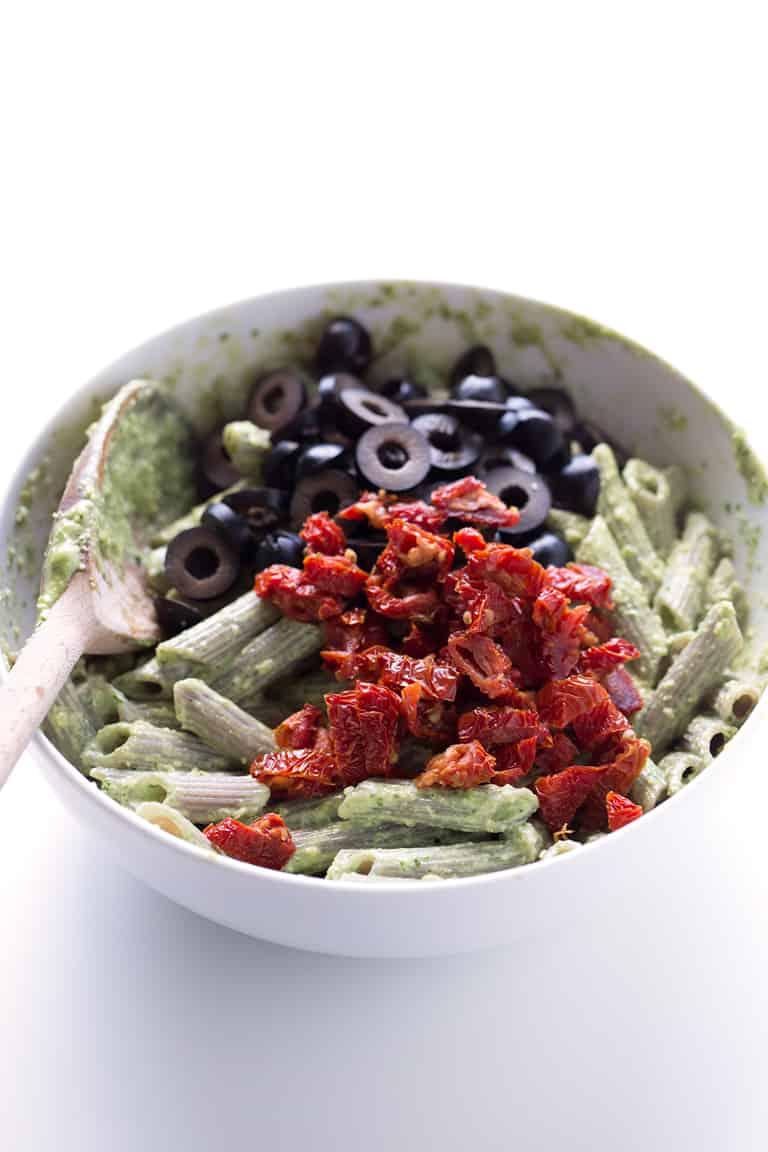 Ensalada de Pasta al Pesto. - Esta ensalada de pasta al pesto es la guarnición ideal y también puede ser el plato principal. Sólo necesitas 10 ingredientes y 25 minutos para hacerla.
