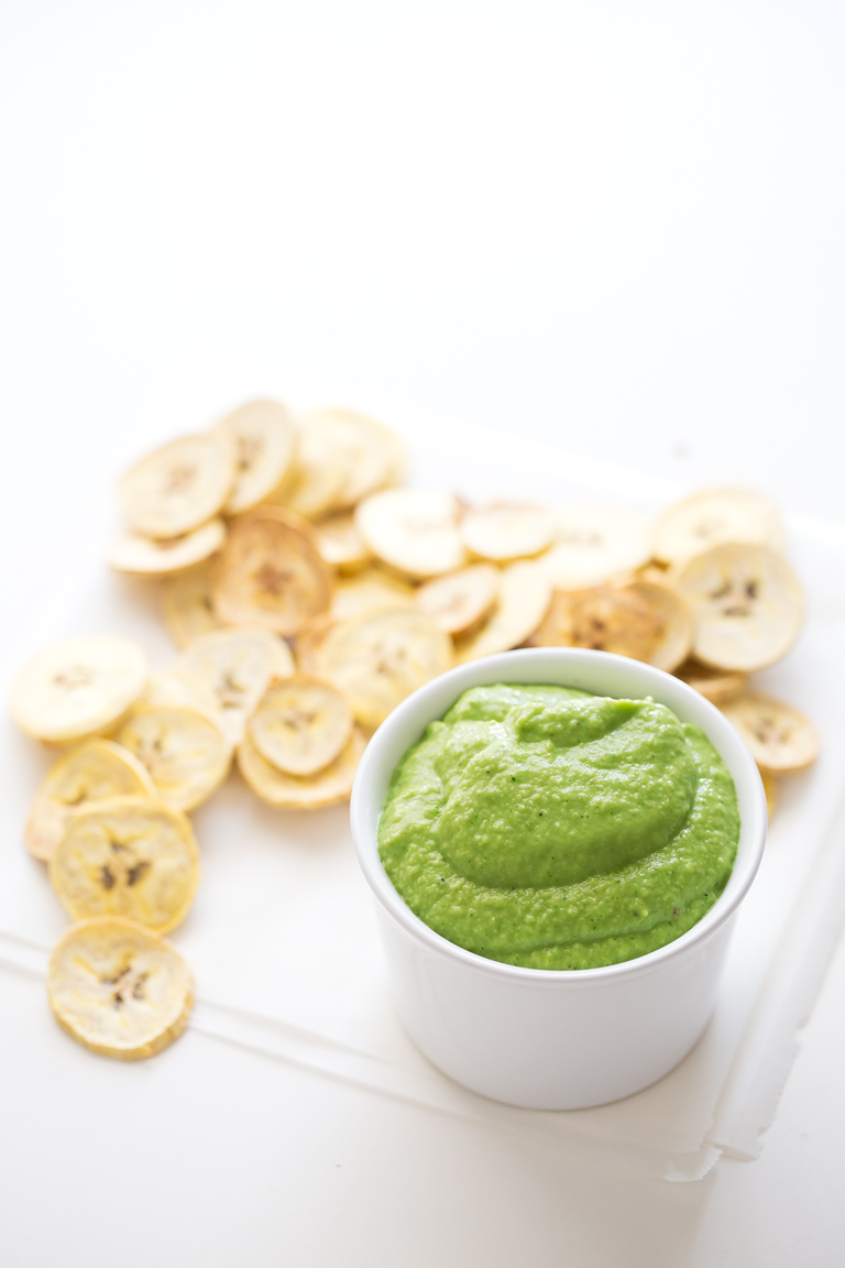 Guasacaca y Chips de Plátano. - La guasacaca es una deliciosa salsa venezolana hecha a base de aguacate. Se prepara en 5 minutos y la hemos acompañado con unos chips de plátano al horno.