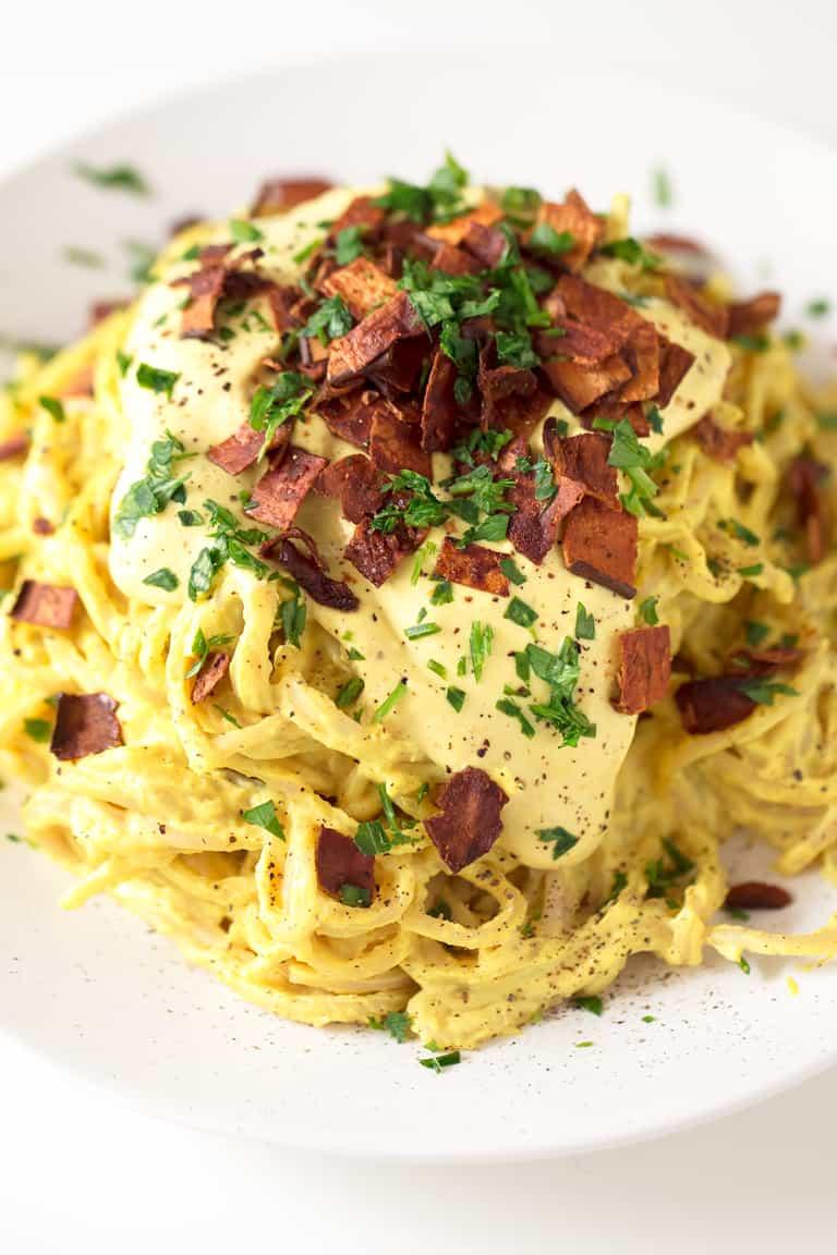Pasta Carbonara Vegana. - Puede disfrutar de un delicioso y cremoso plato de pasta Carbonara vegana en tan sólo 25 minutos. Es una versión sin gluten, saludable y baja en grasa.