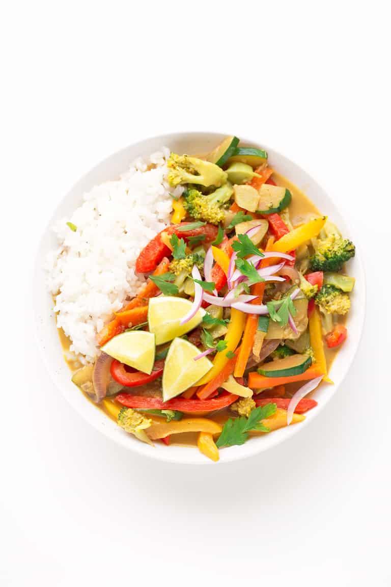 Curry de Verduras. - El curry de verduras es la guarnición perfecta para cualquier cereal o legumbre que os guste. A mi me encanta con arroz blanco. ¡Está listo en 20 minutos!