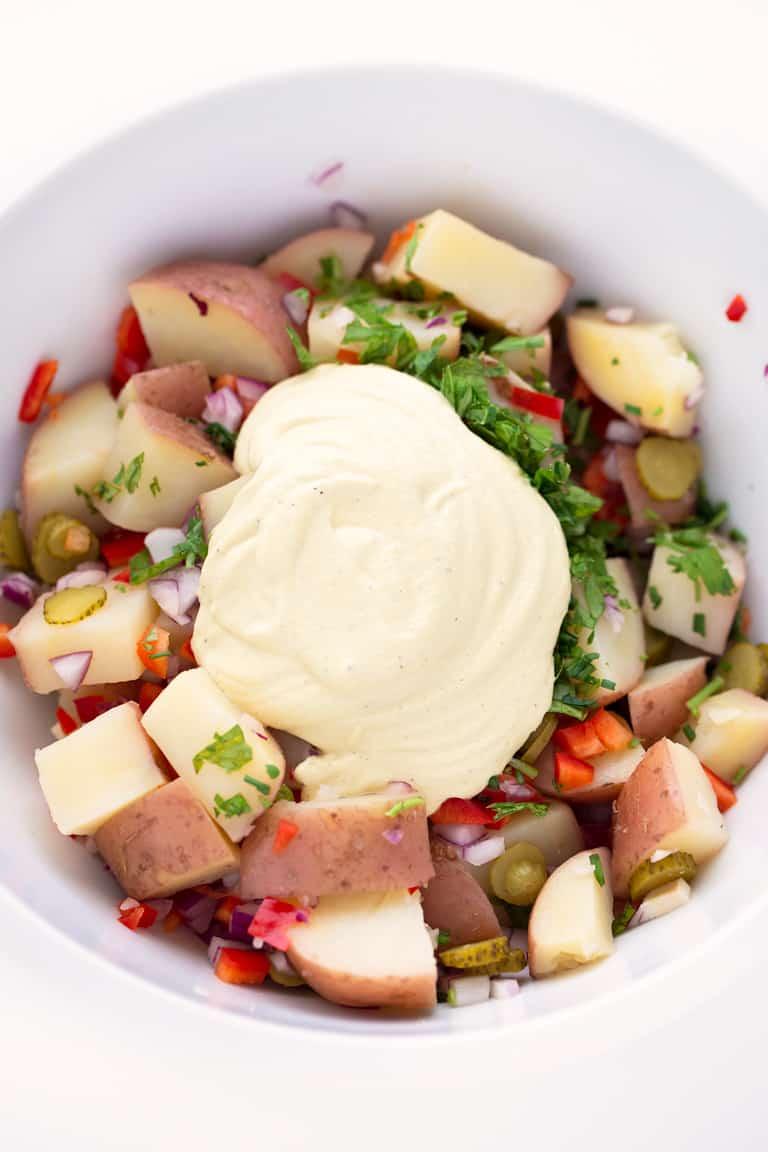 Ensalada de Patata Vegana. - Esta ensalada de patata vegana es muy cremosa, saciante, sencilla y refrescante. Es perfecta para comer fuera de casa o como plato principal o guarnición.