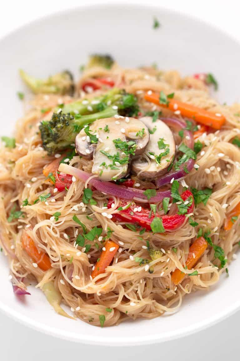 Lo Mein Vegano. - Hemos versionado el tradicional Lo Mein chino y hemos usado champiñones y noodles de arroz para que sea un plato vegano y sin gluten.