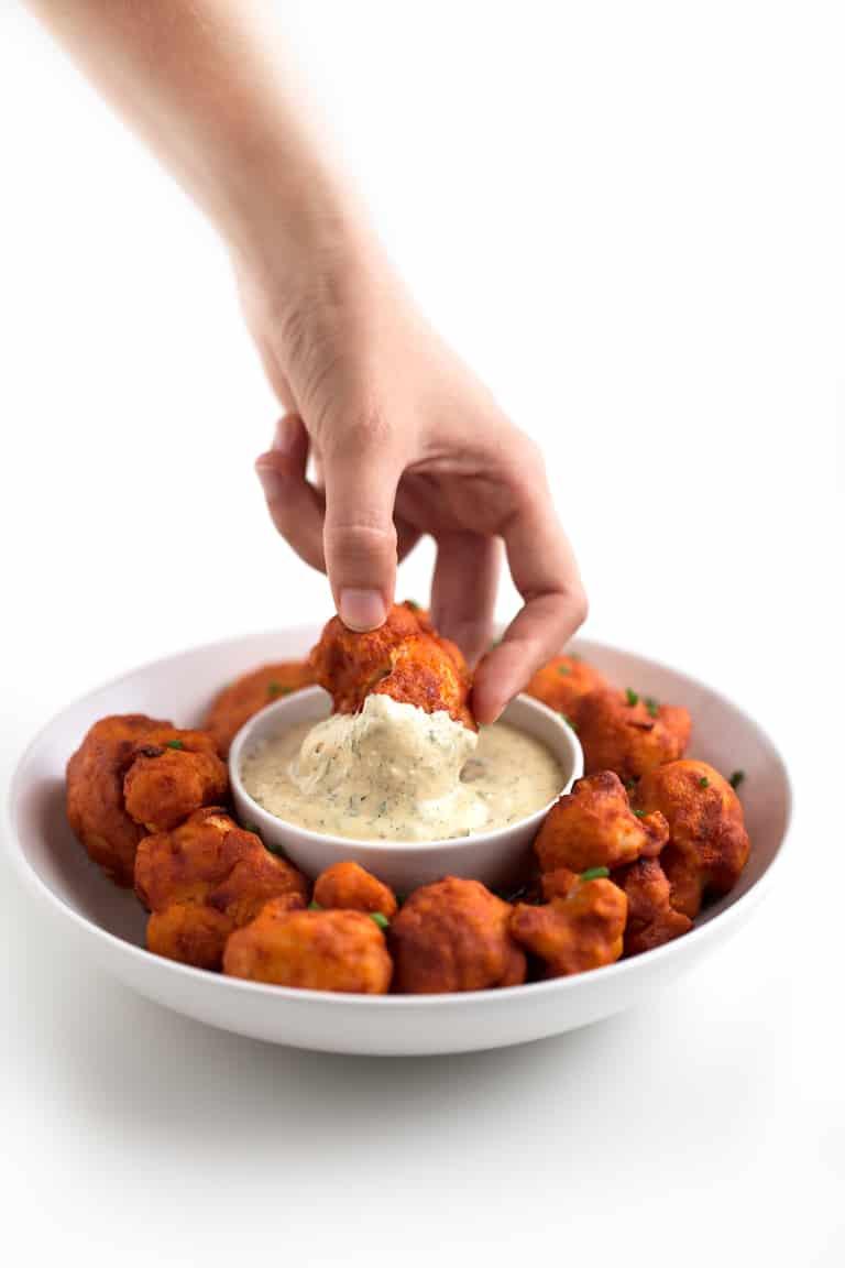 Aderezo Ranchero Vegano - Este aderezo ranchero vegano es una versión más ligera y saludable de la receta original. Es perfecto para ensaladas o como dip para nachos, crudités, etc.