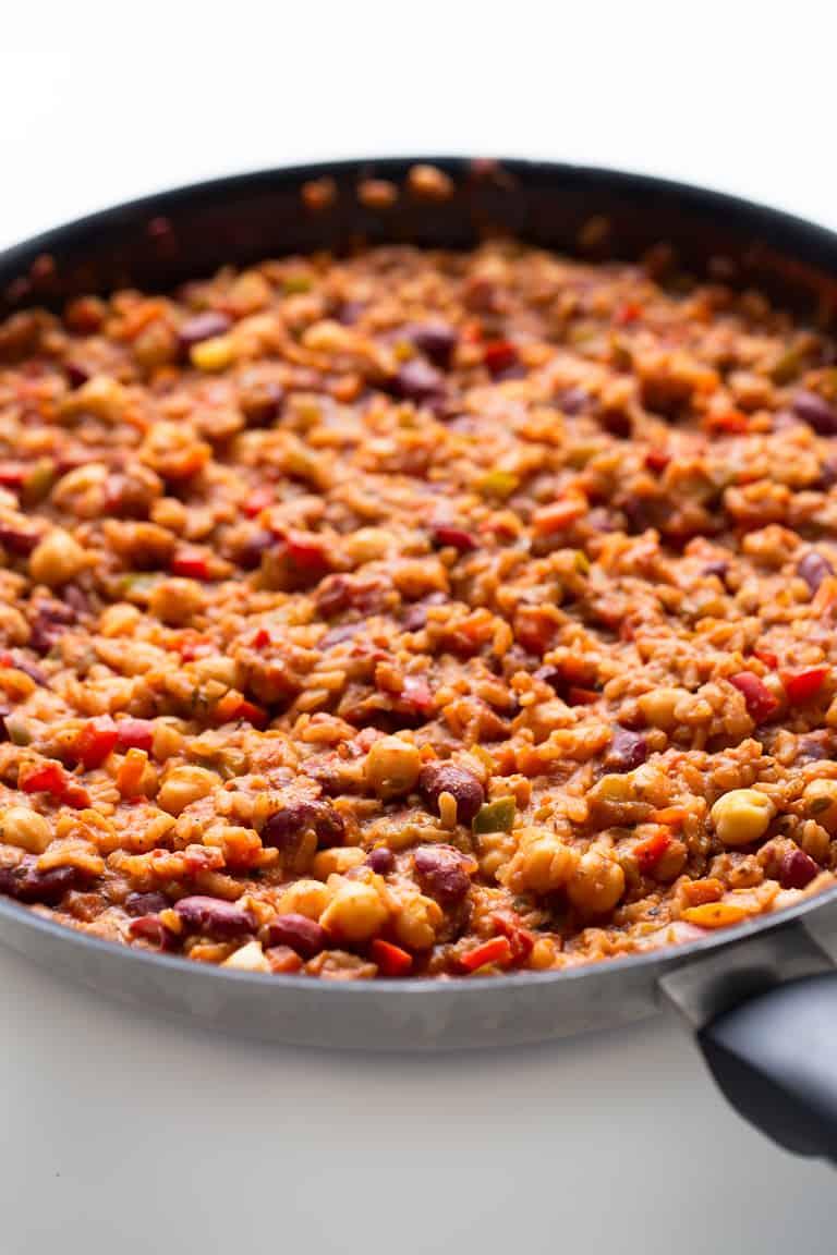 Arroz Jambalaya Vegano - Este arroz jambalaya vegano es un plato muy completo, nutritivo y sabroso. Además nuestra receta es baja en grasa porque no lleva aceite.