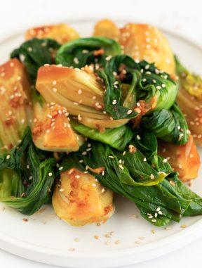 Cómo Cocinar Bok Choy. - En esta entrada te enseñamos cómo cocinar bok choy para disfrutar de esta deliciosa y nutritiva verdura, tan popular en algunos países asiáticos. #vegano #singluten #danzadefogones