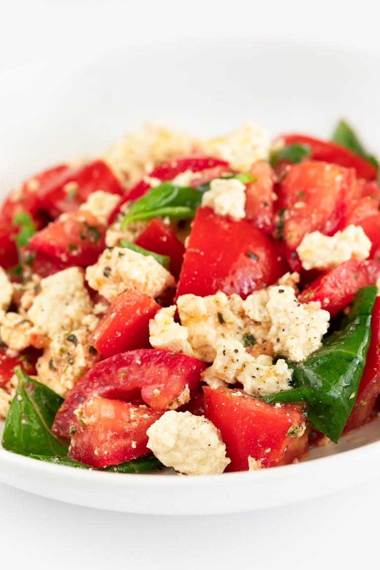 Ensalada Caprese Vegana. - Ensalada caprese vegana, una versión deliciosa y 100% vegetal de esta popular ensalada italiana. Es una receta muy sencilla y sólo requiere 9 ingredientes. #vegano #singluten #danzadefogones