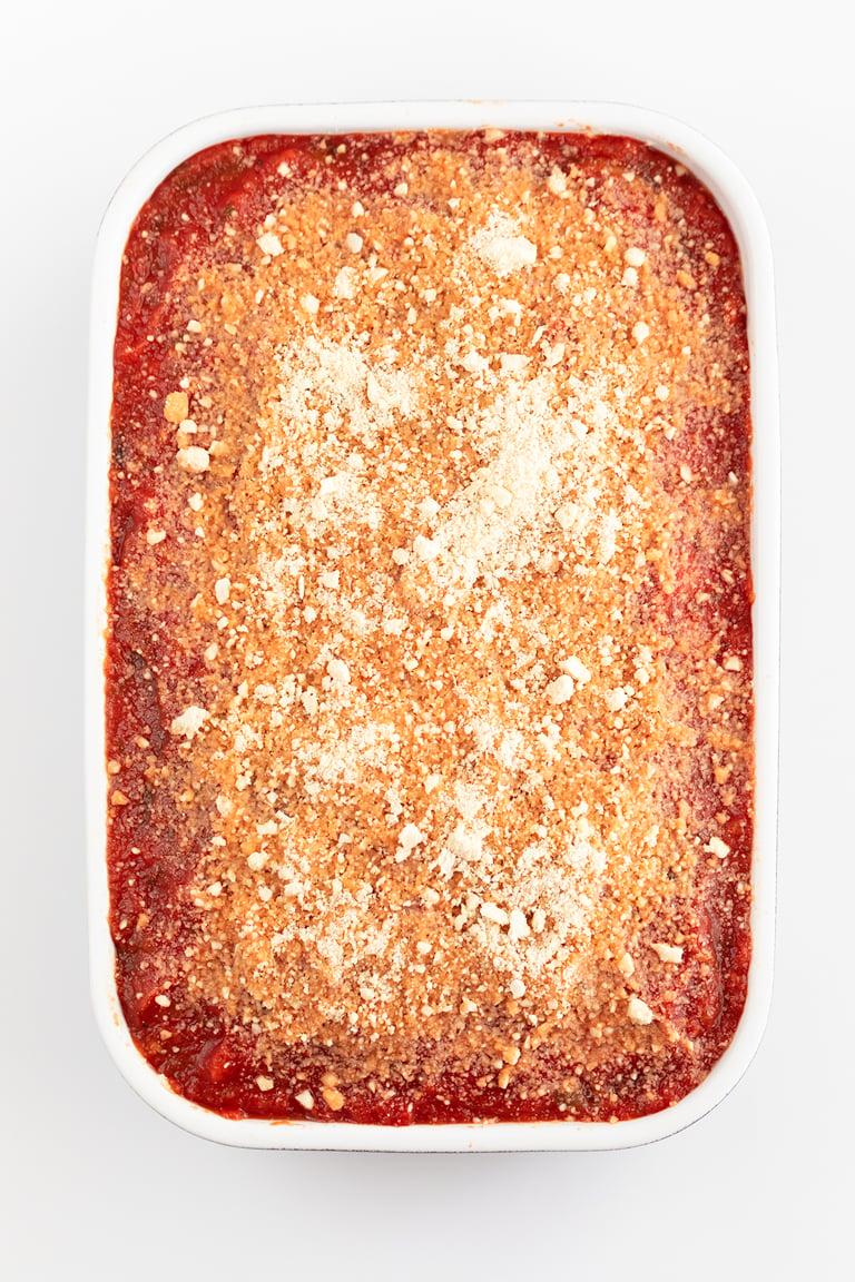 Lasaña de Berenjena Vegana. - Lasaña de berenjena vegana y sin gluten, hecha con láminas de berenjena en vez de pasta, salsa marinara, ricotta vegano de tofu y queso parmesano vegano. #vegano #singluten #danzadefogones