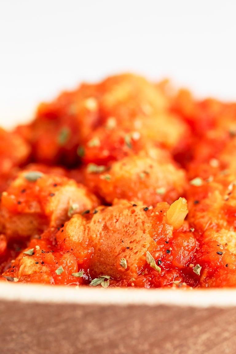 Magro con Tomate Vegano. - Este magro con tomate vegano no tiene nada que envidiarle al tradicional y al estar hecho con soja texturizada es alto en proteína, pero bajo en grasa. #vegano #singluten #danzadefogones
