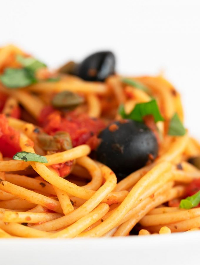 Pasta a la Puttanesca Vegana. - Prepara una deliciosa pasta a la puttanesca con tan sólo 9 ingredientes y en 20 minutos. Nuestra versión además es vegana y sin gluten. #vegano #singluten #danzadefogones