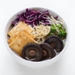 Ramen Vegano Casero - Preparar ramen vegano casero es muy fácil y es más sano que el envasado. Puedes usar los ingredientes que estén de temporada o que tengas a mano.