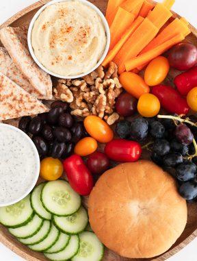 Tabla de Aperitivos Vegana. - Con tan sólo 10 ingredientes puedes preparar una sencilla y deliciosa tabla de aperitivos vegana, perfecta para fiestas y celebraciones. #vegano #danzadefogones
