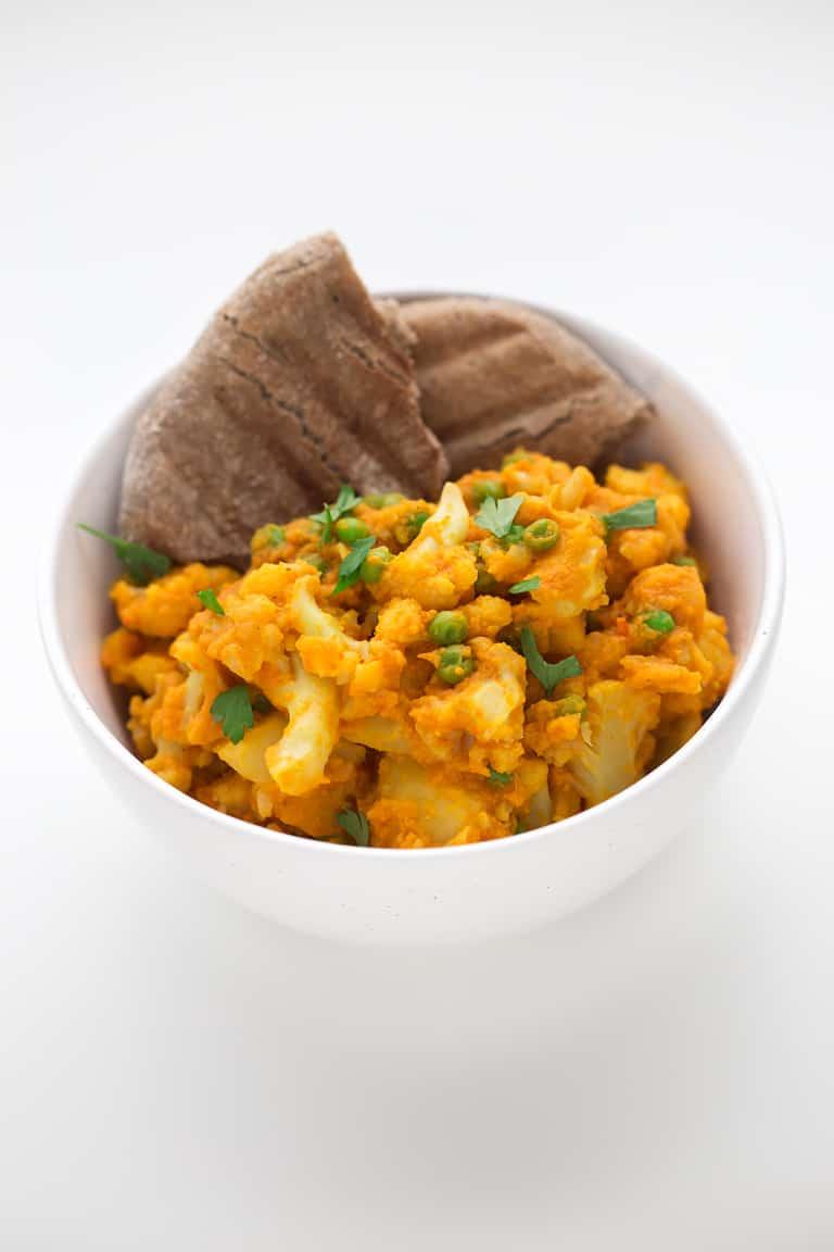 Aloo Gobi Matar - El aloo gobi matar es un guiso indio hecho a base de patata, coliflor y guisantes. Se prepara en 20 minutos y nuestra versión es baja en grasa.