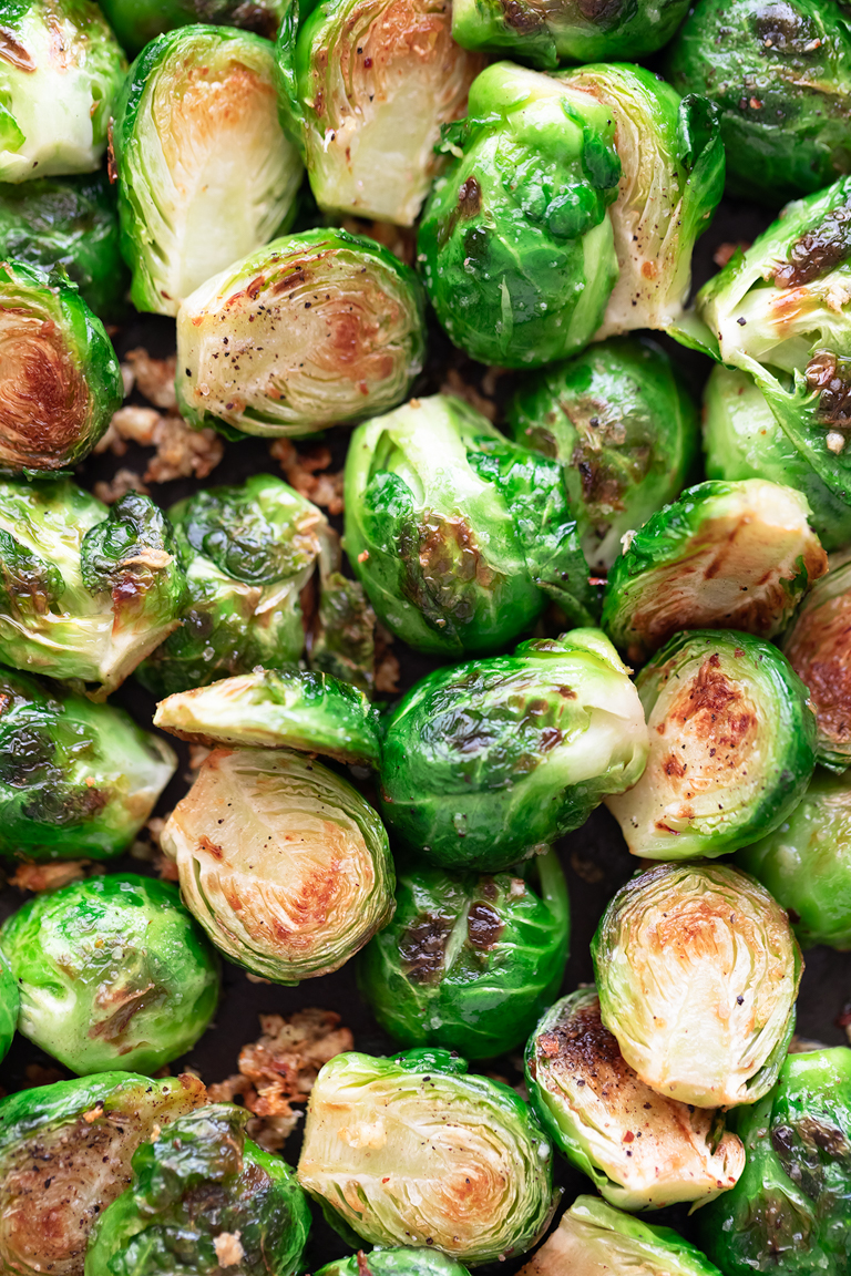 Coles de Bruselas Salteadas. - Coles de Bruselas salteadas, una guarnición muy sencilla que tiene un sabor espectacular. Es una receta sin gluten que se prepara en menos de 30 minutos. #vegano #singluten #danzadefogones