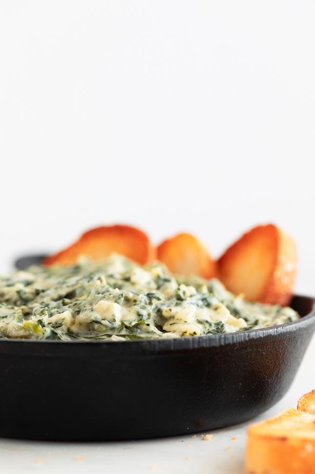 Dip de Espinacas Vegano. - Dip de espinacas vegano, un aperitivo o snack muy rico, sin gluten y fácil de preparar. Sólo necesitas 9 ingredientes y está listo en 20 minutos. #vegano #singluten #danzadefogones