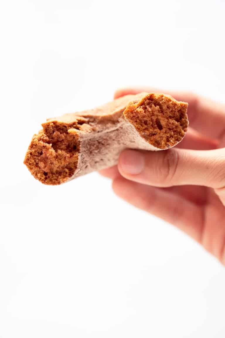 Donuts Veganos de Calabaza - Estos donuts veganos de calabaza están libres de gluten, son bajos en grasa y perfectos para desayunar con un vaso de leche vegetal o como postre.