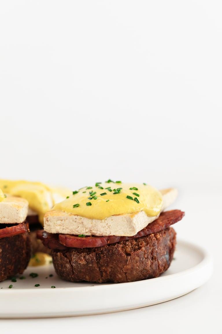 Huevos Benedict Veganos. - Huevos Benedict veganos, hechos con pan de centeno, bacon de tempeh, tofu y salsa holandesa vegana. Son perfectos como desayuno o para un brunch. #vegano #danzadefogones