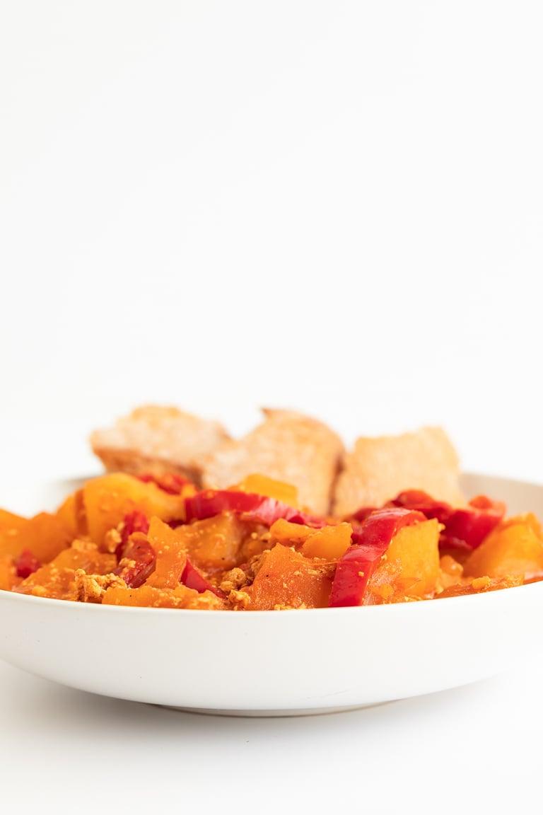 Patatas a la Riojana Veganas. Estas patatas a la riojana veganas son una versión 100% vegetal de esta popular receta española. Hemos usado nuestro chorizo de tofu, que no tiene gluten. #vegano #singluten #danzadefogones