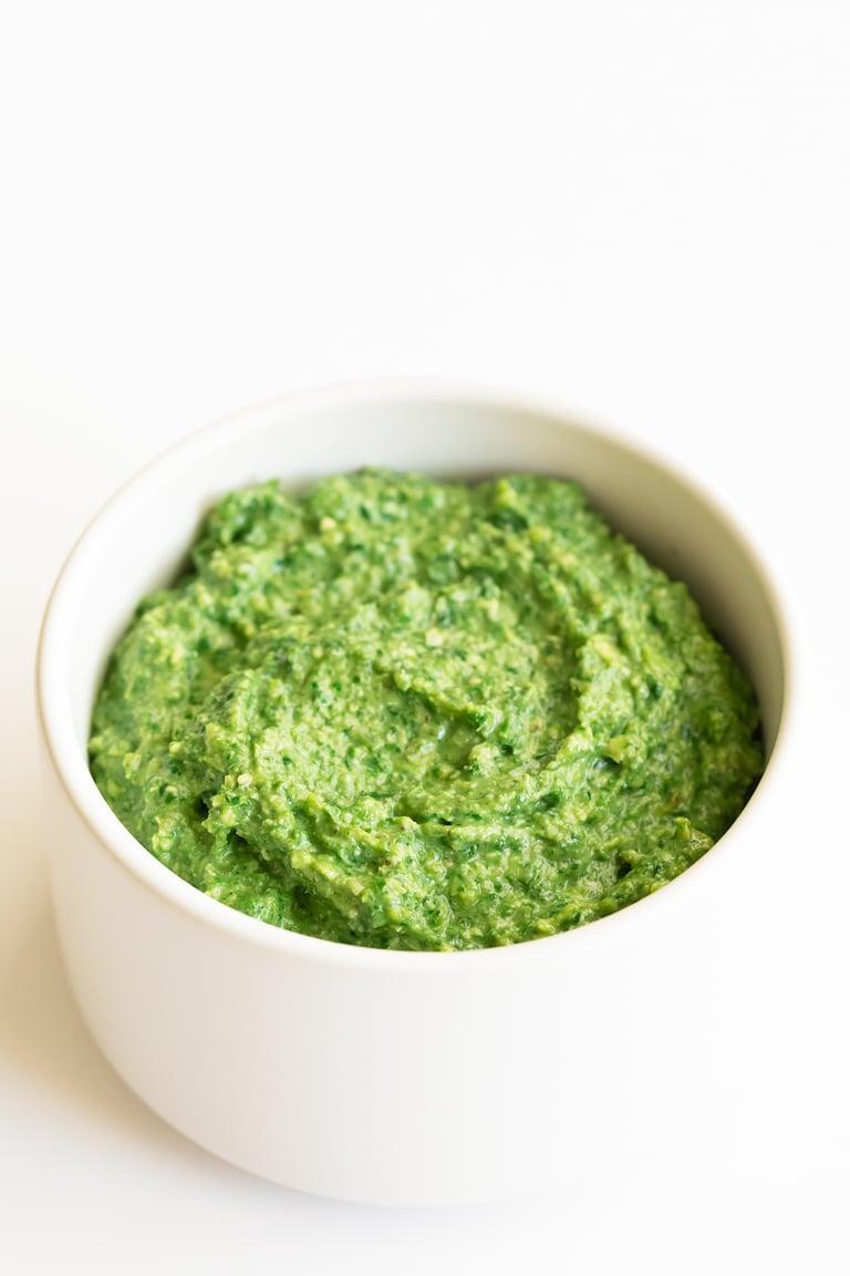 Pesto de Kale Vegano. - Pesto de kale vegano, preparado con kale cocinado y nueces en vez de albahaca cruda y piñones. Está listo en 15 minutos y tiene un sabor espectacular. #vegano #singluten #danzadefogones
