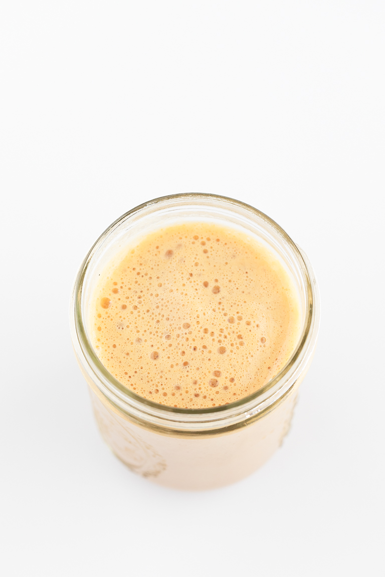 Pumpkin Spice Latte Vegano. -Pumpkin pie latte vegano, una versión sana de la clásica bebida de Starbucks hecha con leche vegetal, endulzada con dátiles y decorada con nata de coco. #vegano #singluten #danzadefogones