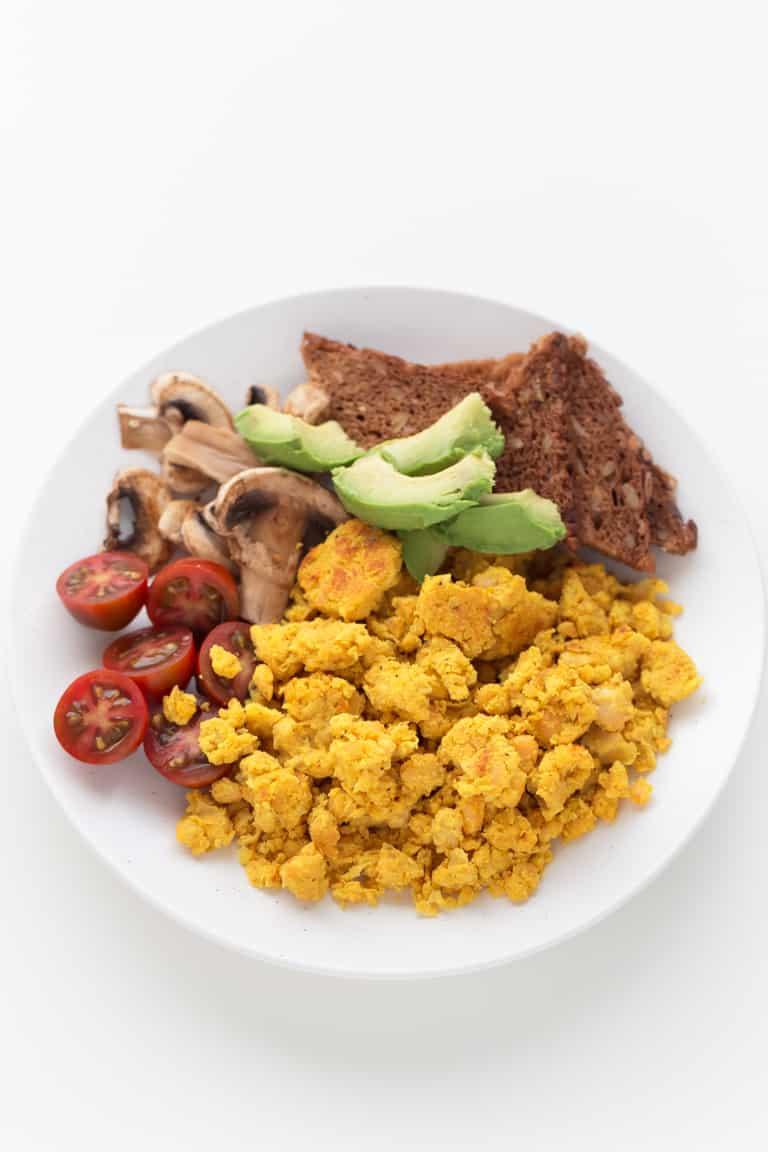 Revuelto Vegano De Garbanzos - Este revuelto vegano de garbanzos es una receta perfecta para preparar una cena rápida, deliciosa, nutritiva y alta en proteínas en tan sólo 10 minutos.