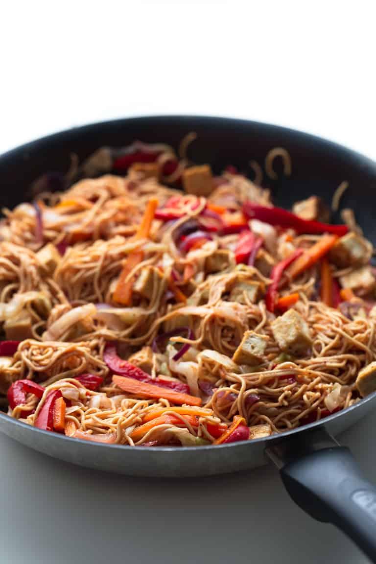 Yakisoba Vegano - Nuestro yakisoba vegano es una versión baja en grasa de este tradicional plato japonés que significa tallarines fritos y se prepara en tan sólo 30 minutos.