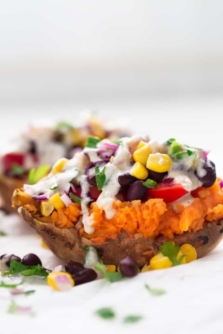 Batatas Asadas Rellenas - Estoy enamorada de esta receta de batatas asadas rellenas. Es muy sana y ligera y sólo se necesitan 7 ingredientes. Puedes usar tus toppings preferidos. #vegano #singluten #danzadefogones