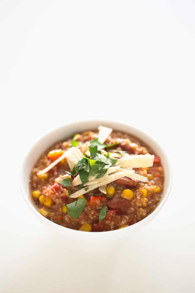 Chili de Quinoa Vegano en la Crockpot - La crockpot es una olla de cocción lenta, ideal para preparar comida cuando estamos fuera de casa como este riquísimo chili de quinoa vegano.